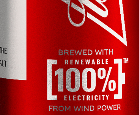 Selo na lata de Budweiser - feita com energia 100% renovável